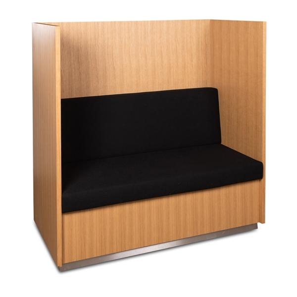 Image of   Højrygget sofa i egetræs finér. Hynde i sort polster.